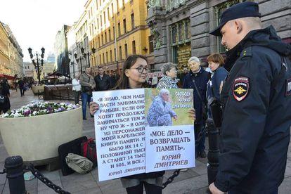 A ativista Yelena Grigorieva, em uma manifestação em São Petersburgo.