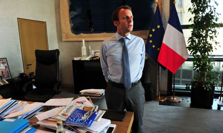 O ministro de Economia francês, Emmanuel Macron, nesta quinta-feira em seu escritório.