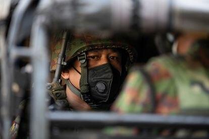 Soldado birmanês dentro de um veículo militar em Yangon, na terça-feira.