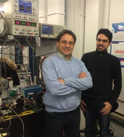 José Azaña (esquerda) e Luis Romero Cortés (direita) ao lado do experimento