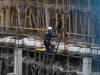 Obras de construção de um edifício residencial em Madri, nesta segunda-feira. No vídeo, as obras só são permitidas quando ninguém mora na edificação.