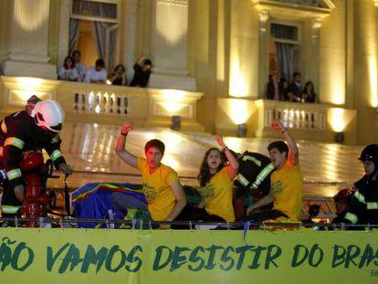 Filhos de Campos no carro dos Bombeiros que levou o corpo do pai.